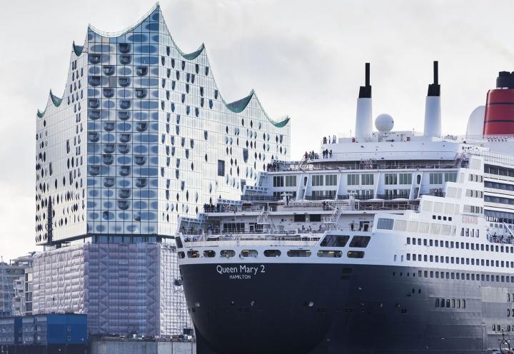 Kreuzfahrtschiff Queen Elizabeth 2 vor Elbphilharmonie