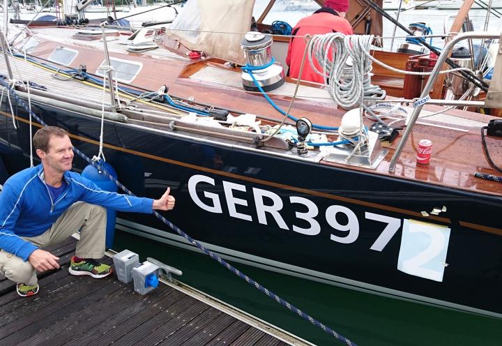 Anbringen der Segelnummer an der Segelyacht Logoff