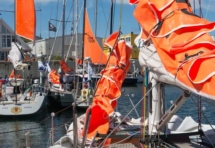 Regattaboote mit Sturmsegeln im Helgoländer Hafen zur Norseewoche