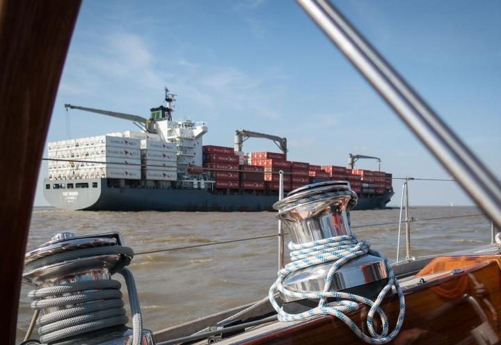 Frachter auf der Elbe von Bord der Segelyacht Logoff gesehen