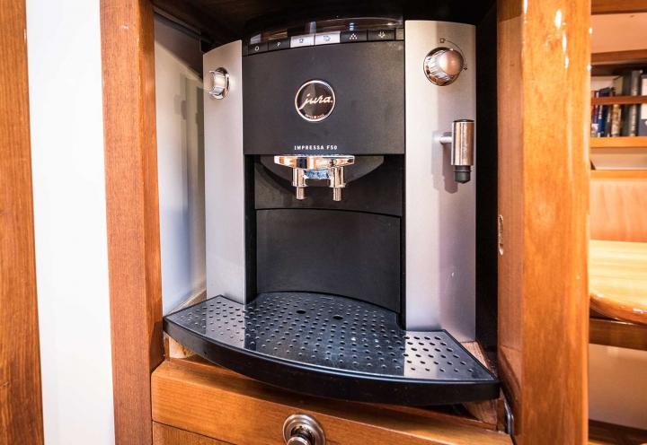 Segelyacht Logoff Espressomaschine an Bord
